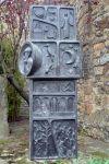 L'altre costat de l'escultura.