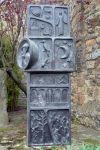 Cantó dret de l'escultura d'homenatge.