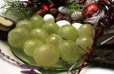 La tradició de menjar raïm la nit de Cap d'Any neix a principis del segle passat i és pròpia d'aquí.