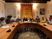 Moment en que se signava el conveni de col·laboració amb la presència de l'alcalde Josep Cuch i la regidora de Benestar Social.