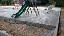 La plataforma de ciment dels gronxadors anirà coberta de cautxú per absorbir millor l'impacte d'una caiguda i prevenir les lesions derivades d'aquesta.