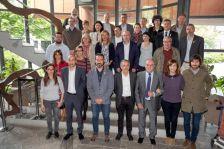 L'alcalde Josep Cuch i la regidora de Cultura, Carme Barrio, al fons a la dreta en la foto de presentació del projecte Cantània 2018.