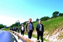 L'Alcalde Josep Cuch i el Diputat Jordi Fàbregas encapçalen distesament la comitiva del passeig inaugural.