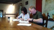 L'Alcalde Josep Cuch i la presidenta de l'Ass. Teranyina Solidària, Angelina García, en el moment de signar el conveni.