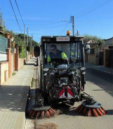 màquina escombradora netejant carrers